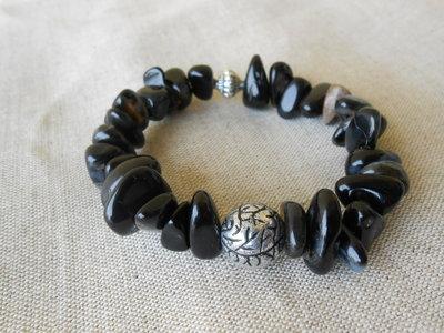 Bracciale  elastico con pietre dure nere, ruggine, bianco, avorio , idea regalo.