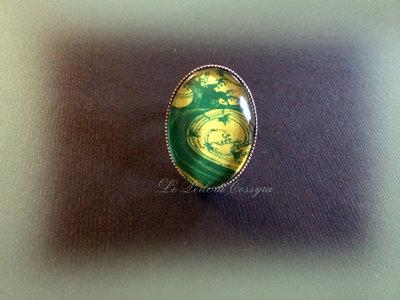 Anello con cabochon in vetro decorato verde