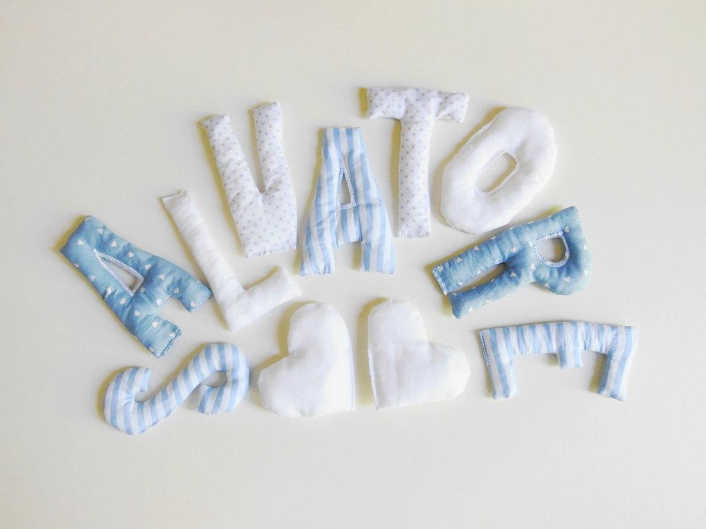 SALVATORE: lettere di cotone imbottite con decorazioni a forma di cuore bianche.