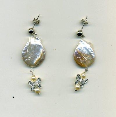 Orecchini pendenti con perla piatta e farfallina