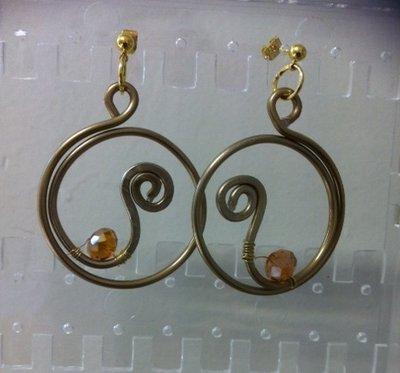 Orecchini pendenti  wire in filo di rame,color bronzo e cristallo di Boemia color ambra