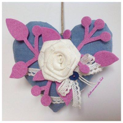 Cuore in lino azzurro con rosa di lino bianco e pizzo