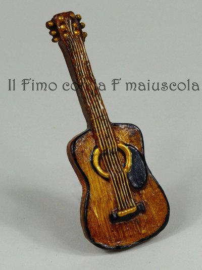 Bomboniera calamita 'chitarra' in fimo.