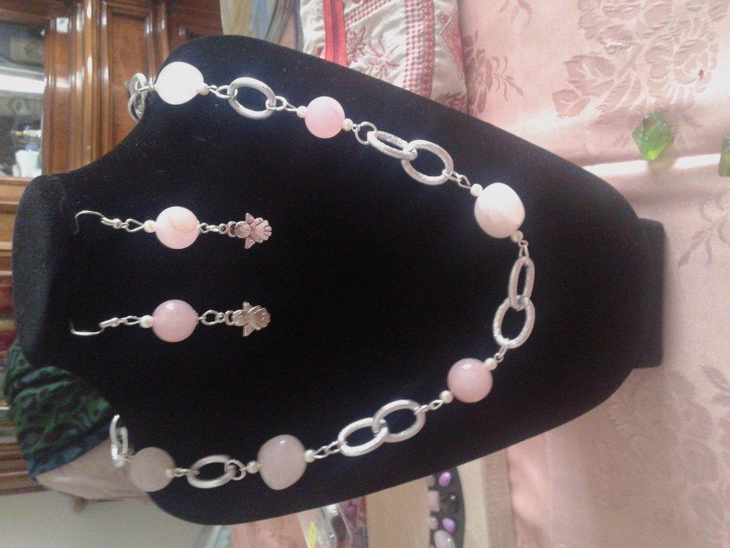 collana in alluminio e pietre rosa