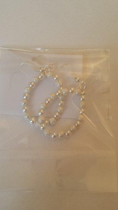 Orecchini perle di vetro bianche e diamantate