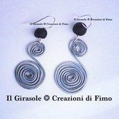 Orecchini pendenti con spirale in wire e perla in fimo fatti a mano