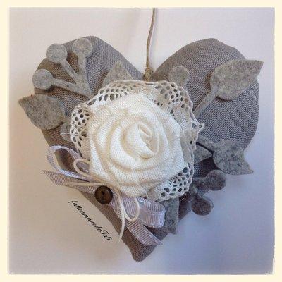 Cuore in lino grigio con rosa di lino bianco
