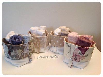 Cestino in cotone bianco e fantasia con tre lavette