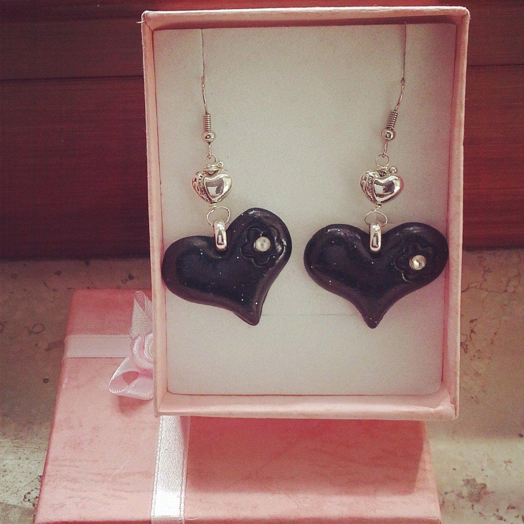 orecchini pendenti in fimo forma cuore colore nero