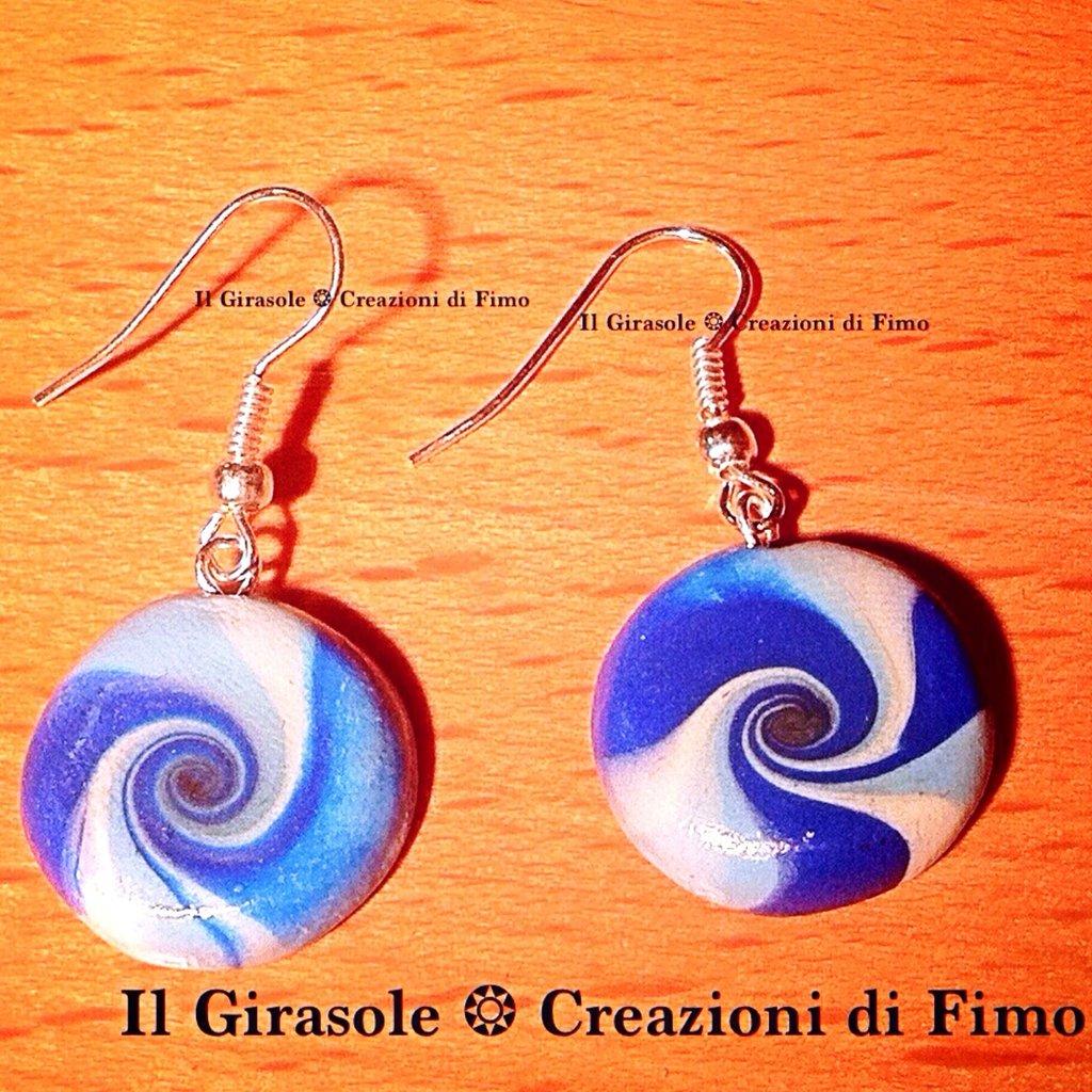 Orecchini pendenti a spirale con sfumature del blu