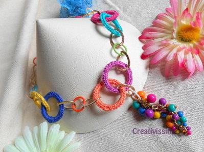 Collana all'uncinetto con cerchi e catena fatta a mano -fucsia, arancione, giallo, azzurro, blu, lilla e oro