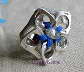 Anello a fiore con linguette delle lattine fatto a mano blu