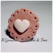 Anello regolabile con cialda biscotto e cuore di cioccolato bianco