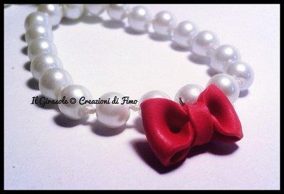 Bracciale elastico con perle e fiocco rosso in fimo