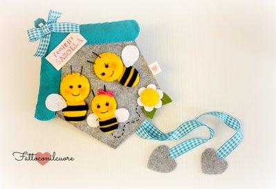 fuoriporta  di benvenuto  con una simpatica famiglia di api  in feltro