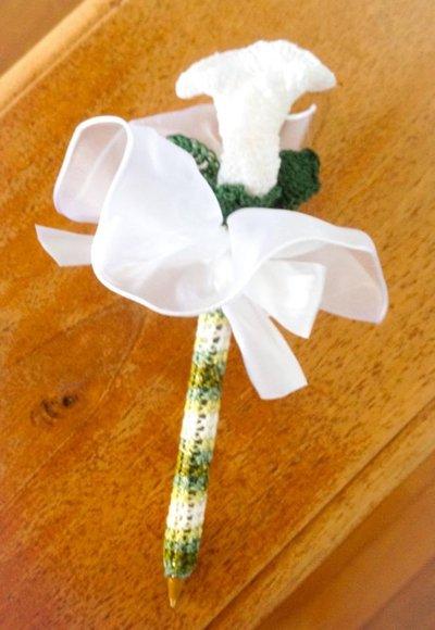Penna decorata all'uncinetto con Calla e foglioline