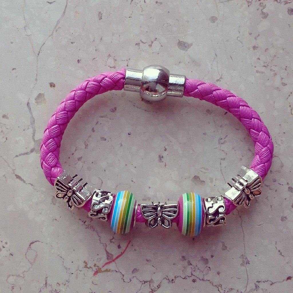 bracciale in corda rosa fucsia con charms colorati e farfalla