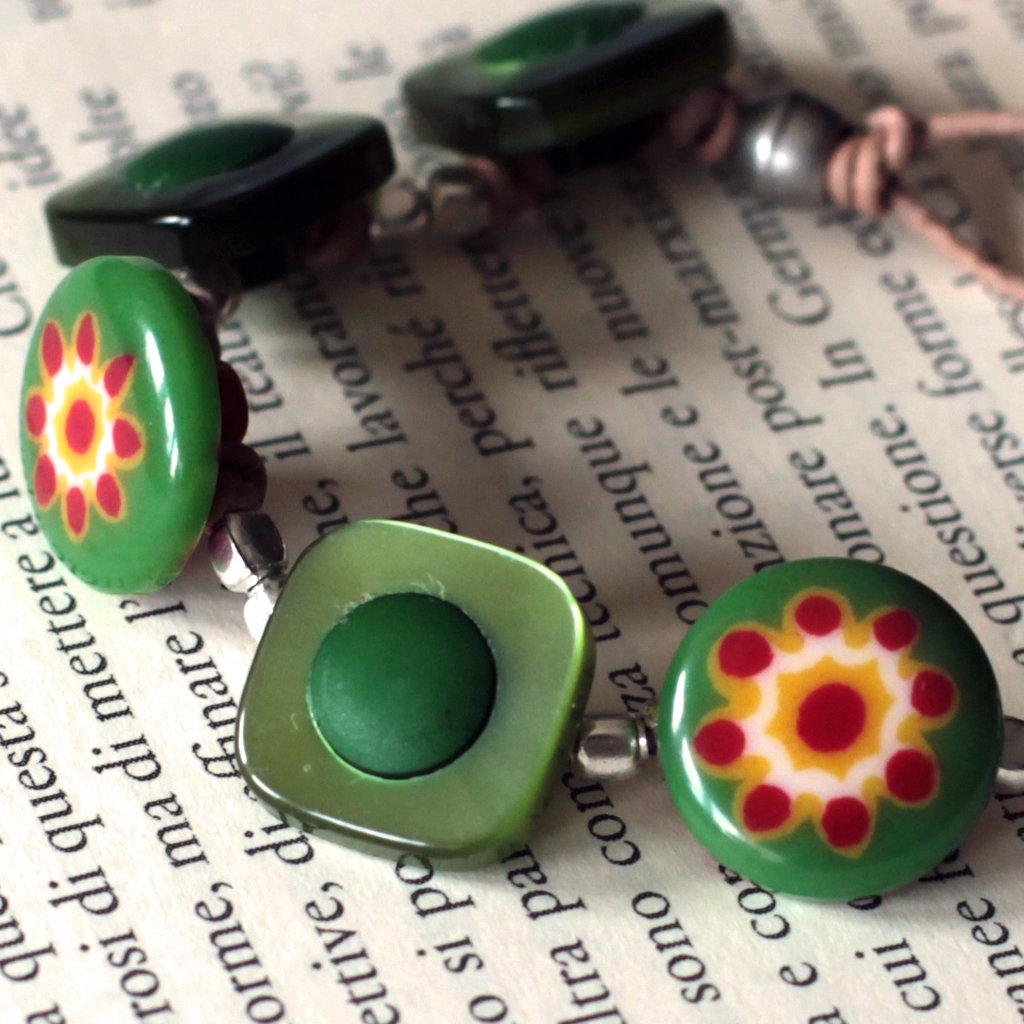 B47.14 - Bracciale verde con bottoni in resina e vetro