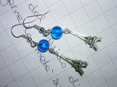 orecchini pendenti con tour eiffel 3D e perle di vetro