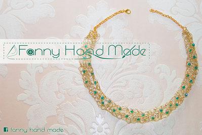 Girocollo color oro in filo d'ottone lavorato all'uncinetto con filo di metallo e cristalli verdi