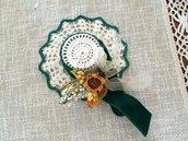Cappellino fatto ad uncinetto con nastrino verde smeraldo e girasoli decorativi
