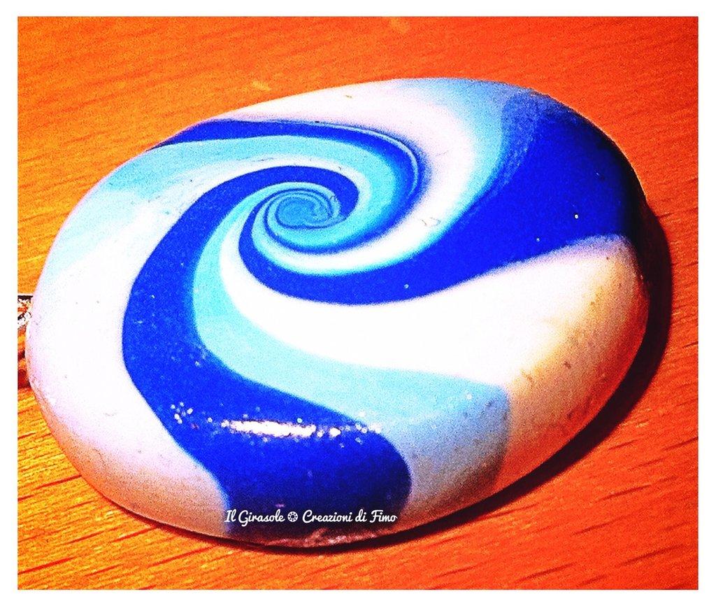 Collana con ciondolo con spirale in fimo e sfumature del blu
