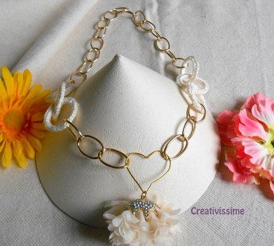 Collana all'uncinetto con cerchi e catena con pendente a cuore e fiore fatta a mano panna e oro