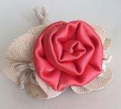 Braccialetto in stoffa con fiore rosa acceso
