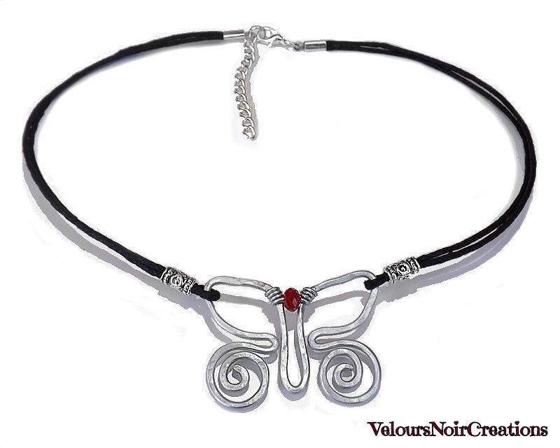 Collana con farfalla creata a mano con tecnica wire