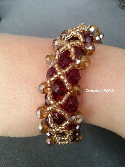 Bracciale con cristalli bordeaux e perline color oro e nylon