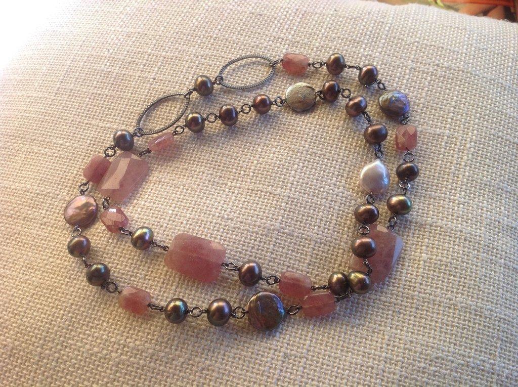 Collana di perle di fiume e corindoni rosa