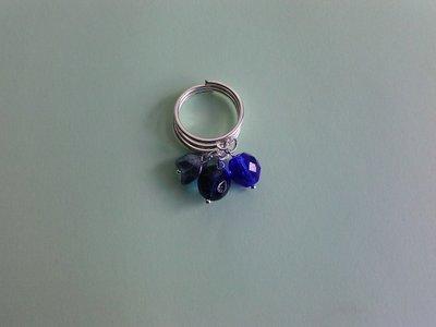 Anello blu con pendenti
