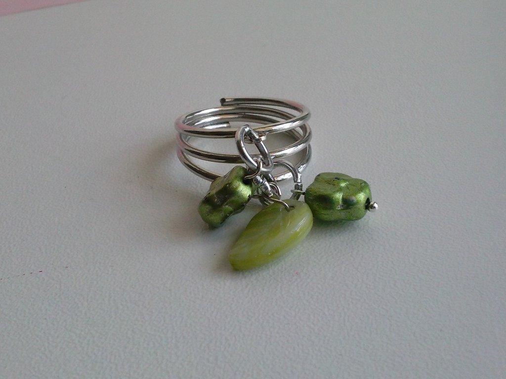 Anello verde con pendenti