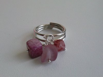 Anello rosa con pendenti