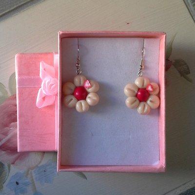 orecchini pendenti in fimo fluorescente forma fiore colore bianco e rosso