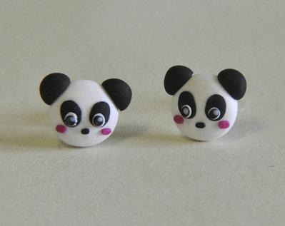 Orecchini Perno Panda Kawaii in Pasta Sintetica Tipo Fimo (coppia) - Disponibili con Perno in Acciaio, Perno in Plastica o Magneti