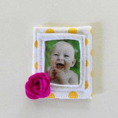 Graziose cornici in cotone e feltro a decorazione floreale: le bomboniere calamite per bambine romantiche!