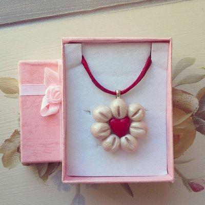 collana con ciondolo in fimo forma fiore bianco rosso