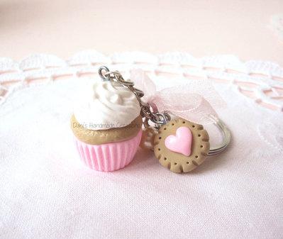 Portachiavi cupcake rosa confetto, biscotto in fimo e fiocco in organza