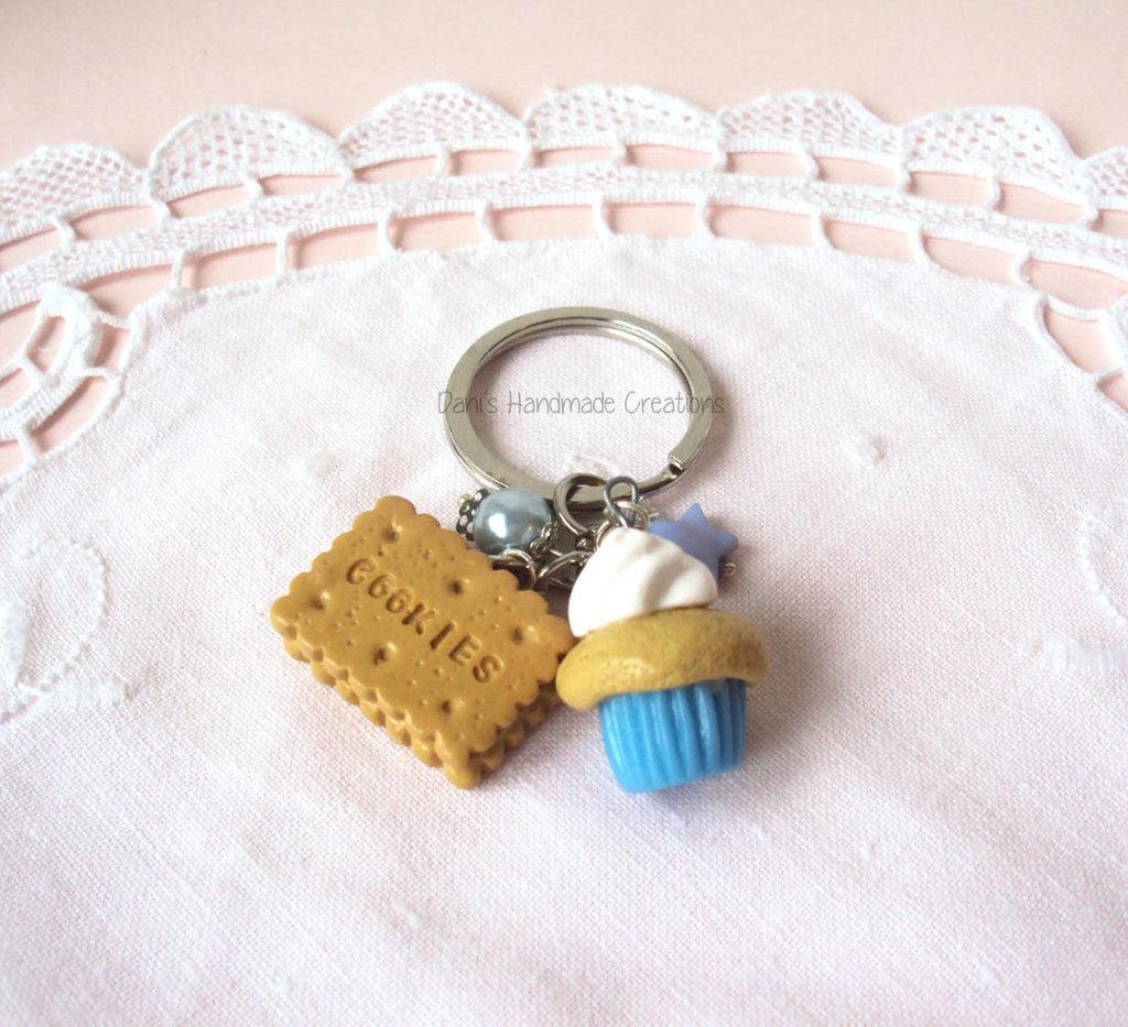 Portachiavi cupcake piccolo azzurro e bianco e biscotto in fimo