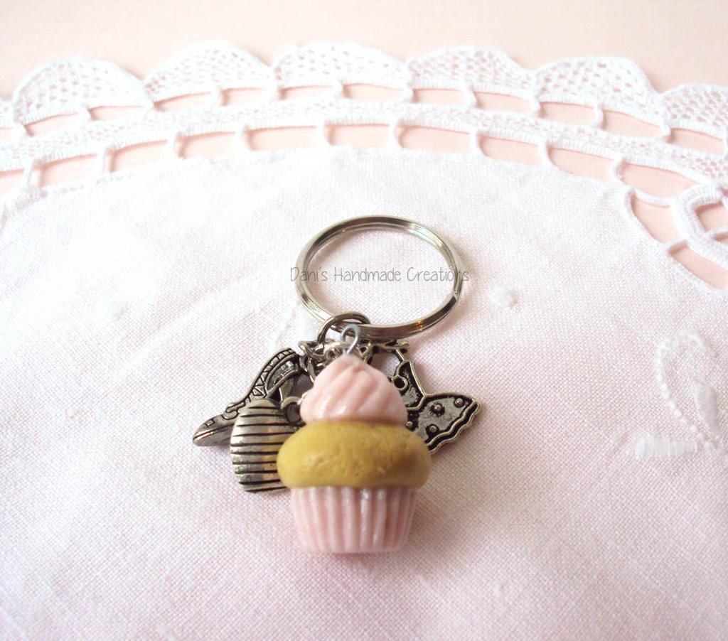 *IN OFFERTA* Portachiavi con cupcake piccolo rosa chiaro glitterato in fimo + charms