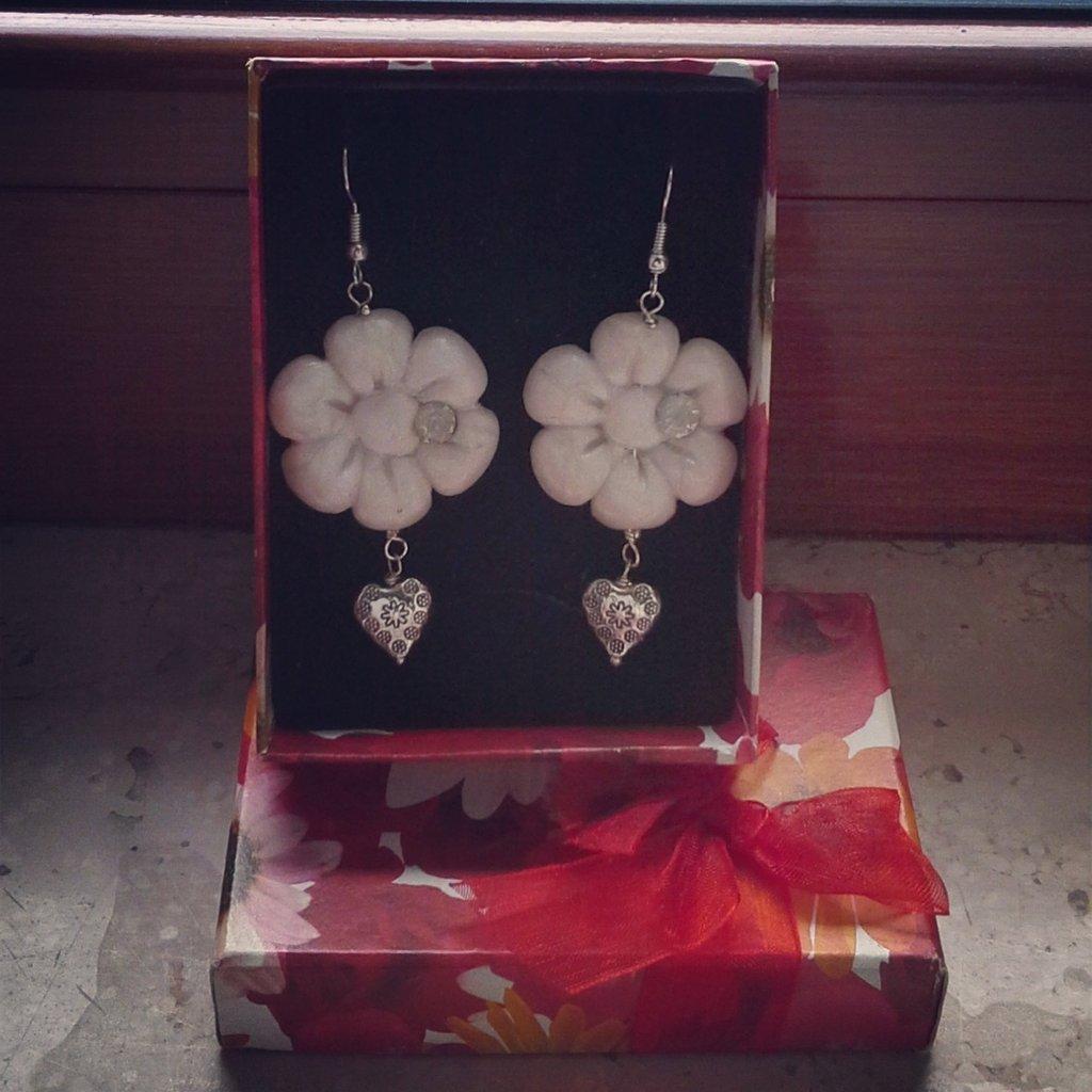 orecchini pendenti in fimo forma fiore bianco