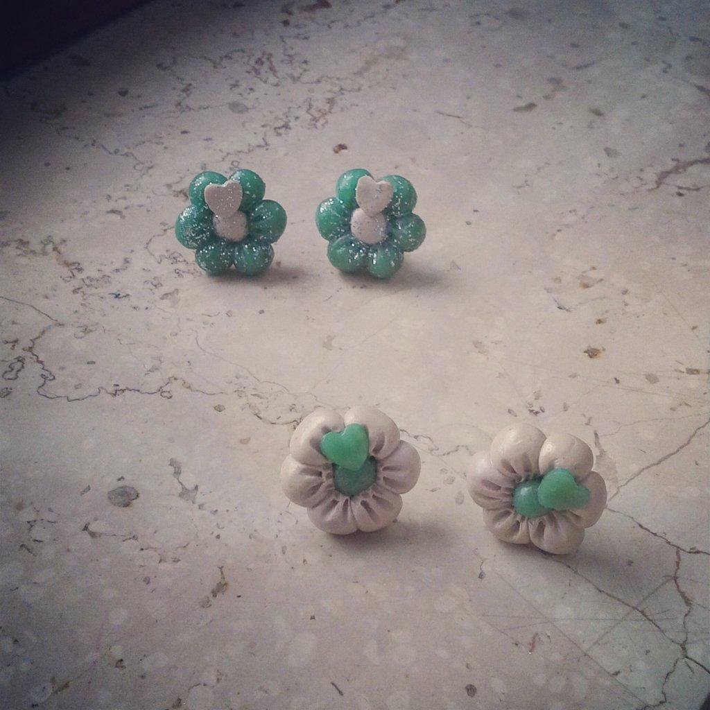 orecchini a lobo in fimo forma fiore colore verde bianco