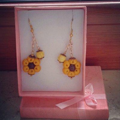 orecchini pendenti in fimo forma fiore colore giallo senape