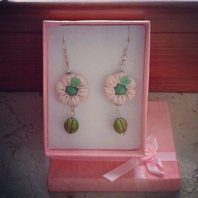 orecchini pendenti in fimo forma fiore colore verde bianco