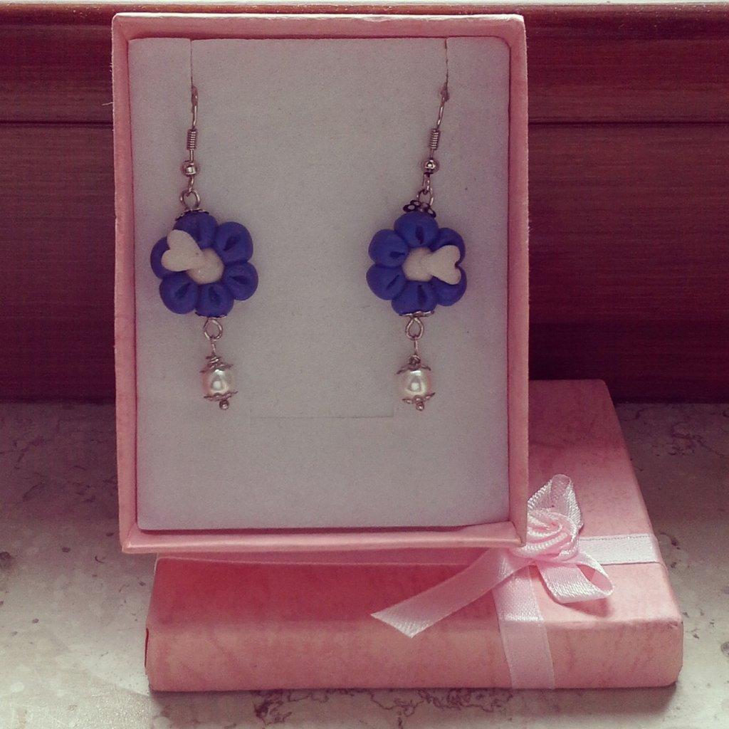 orecchini pendenti in fimo forma fiore colore blu e bianco con dettaglio perla