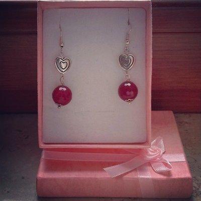 orecchini pendenti con pietra rosso rubino e dettaglio cuore