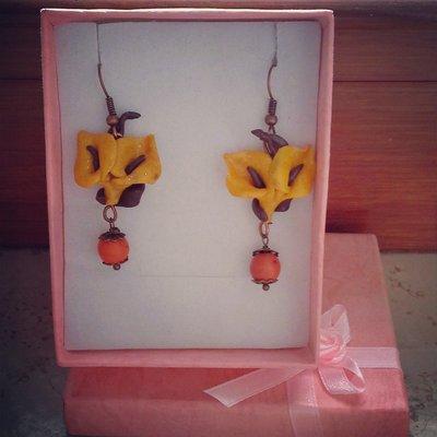 orecchini pendenti in fimo forma calle colore giallo con dettaglio pietra arancione