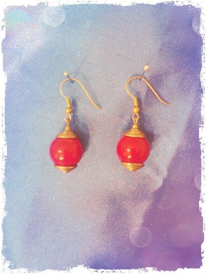 Orecchini con perle rosse