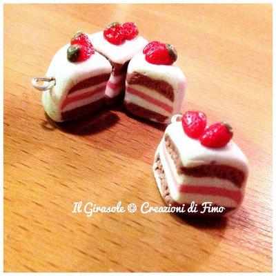 Charm fetta di torta panna e fragola in fimo fatta a mano curata in ogni dettaglio